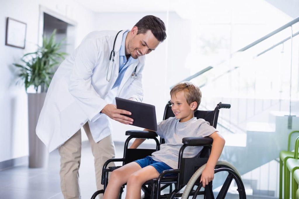 dottore mostra mondo dove c'è sla nei bambini