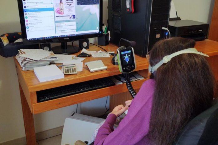 lavoratrice con sma in smart working