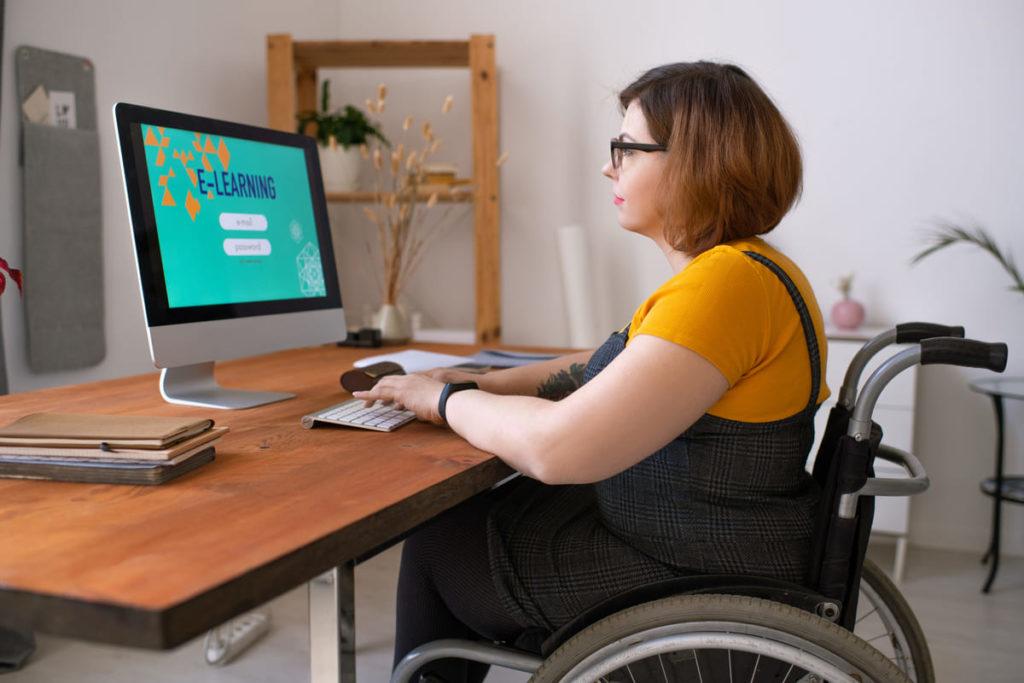 lavoratrice con disabilità in smart working